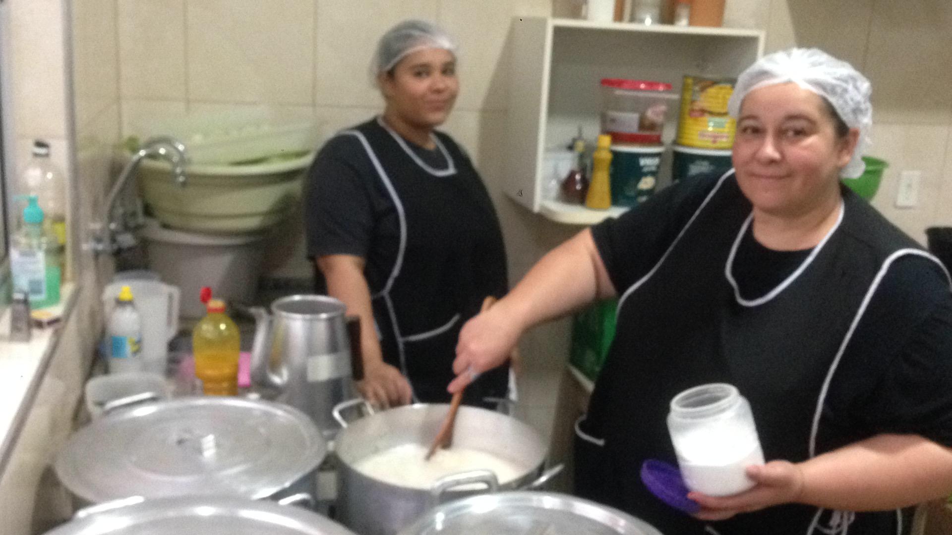 Cozinheira e equipe para